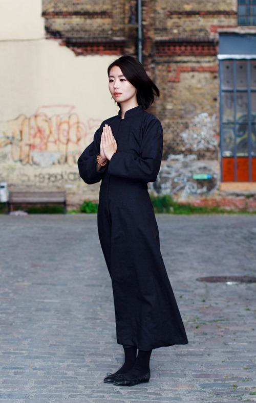 Váy đi lễ chùa, ngắn đến đâu là đủ?