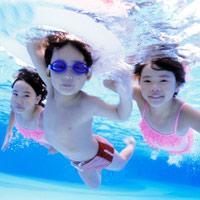 Cho con học bơi: Cần nhưng đừng ép