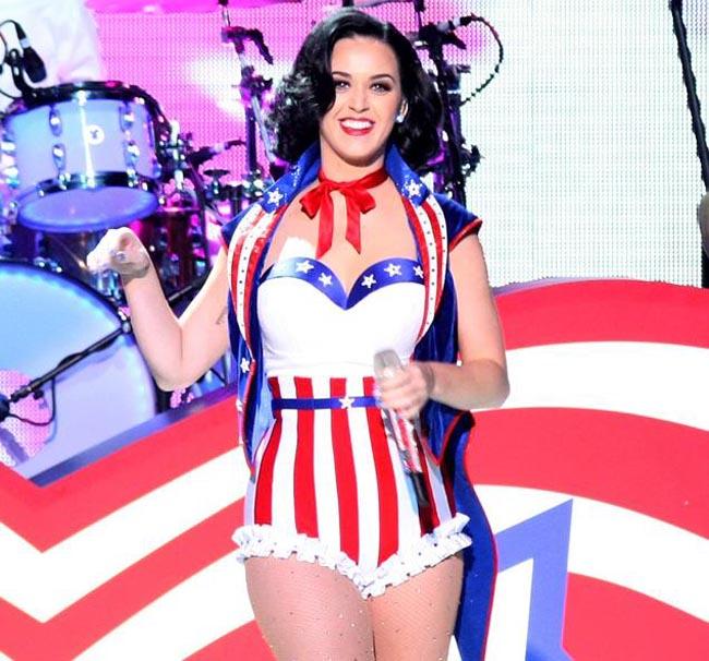 Katy Perry cũng là một trong số ca sĩ nữ sở hữu thân hình đồng hồ cát quyến rũ.