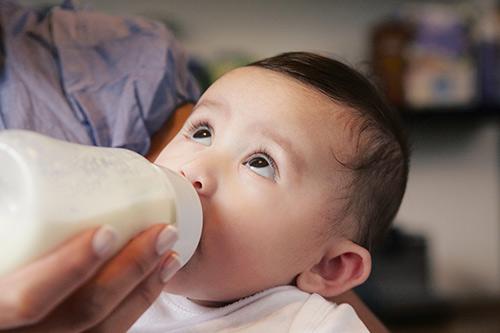 10 mẹo luyện cho bé bú bình quot;một phát ăn ngayquot; - 1