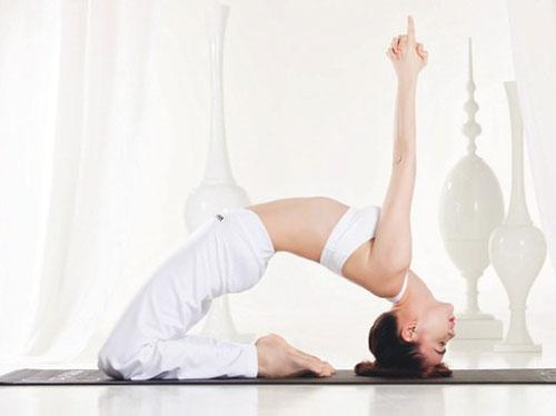 nhung tu the yoga gay choang vang cua sao viet - 11