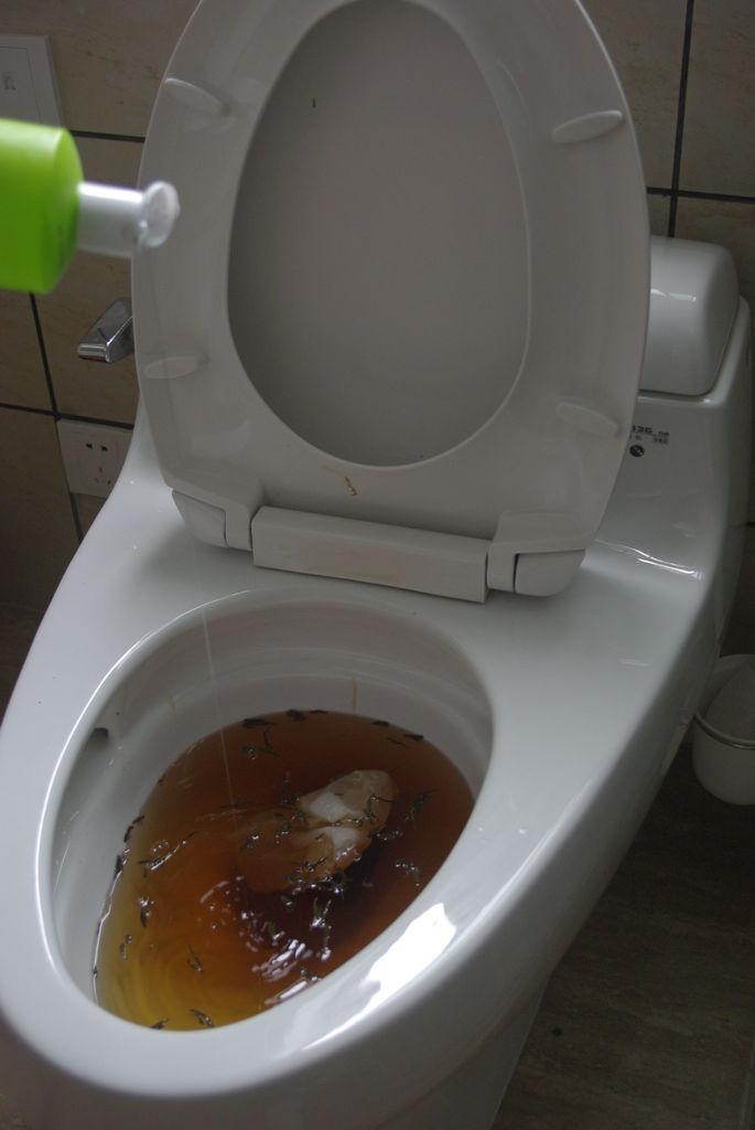 Tắt bồn cầu làm thế nào? Mách bạn mẹo thông tắc bồn cầu tuyệt đỉnh bằng nước rửa bát.