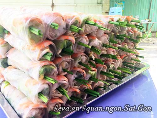 Đi ăn hàng bánh khọt vỉa hè có tôm nhảy quot;khổng lồquot; to nhất Sài Gòn - 13