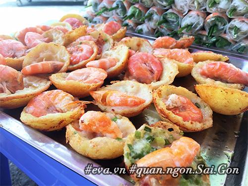 Đi ăn hàng bánh khọt vỉa hè có tôm nhảy quot;khổng lồquot; to nhất Sài Gòn - 1
