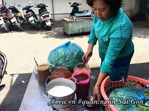 Đi ăn hàng bánh khọt vỉa hè có tôm nhảy quot;khổng lồquot; to nhất Sài Gòn - 6