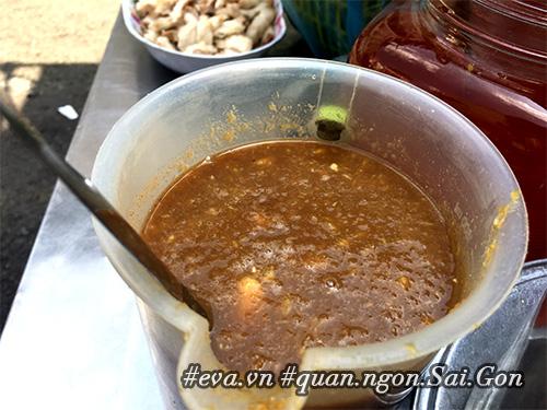 Đi ăn hàng bánh khọt vỉa hè có tôm nhảy quot;khổng lồquot; to nhất Sài Gòn - 9