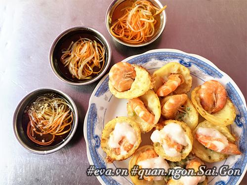 Đi ăn hàng bánh khọt vỉa hè có tôm nhảy quot;khổng lồquot; to nhất Sài Gòn - 2