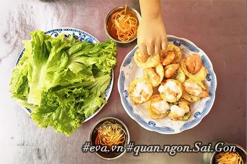 Đi ăn hàng bánh khọt vỉa hè có tôm nhảy quot;khổng lồquot; to nhất Sài Gòn - 11