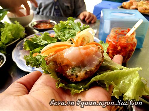 Đi ăn hàng bánh khọt vỉa hè có tôm nhảy quot;khổng lồquot; to nhất Sài Gòn - 10