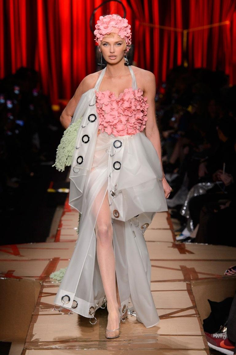 Túi xách hình cuộn giấy vệ sinh mũ như chổi lông gà chắc chỉ moschino mới nghĩ ra - 4