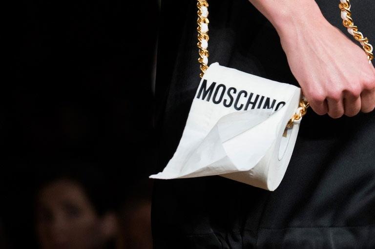 Túi xách hình cuộn giấy vệ sinh mũ như chổi lông gà chắc chỉ moschino mới nghĩ ra - 5