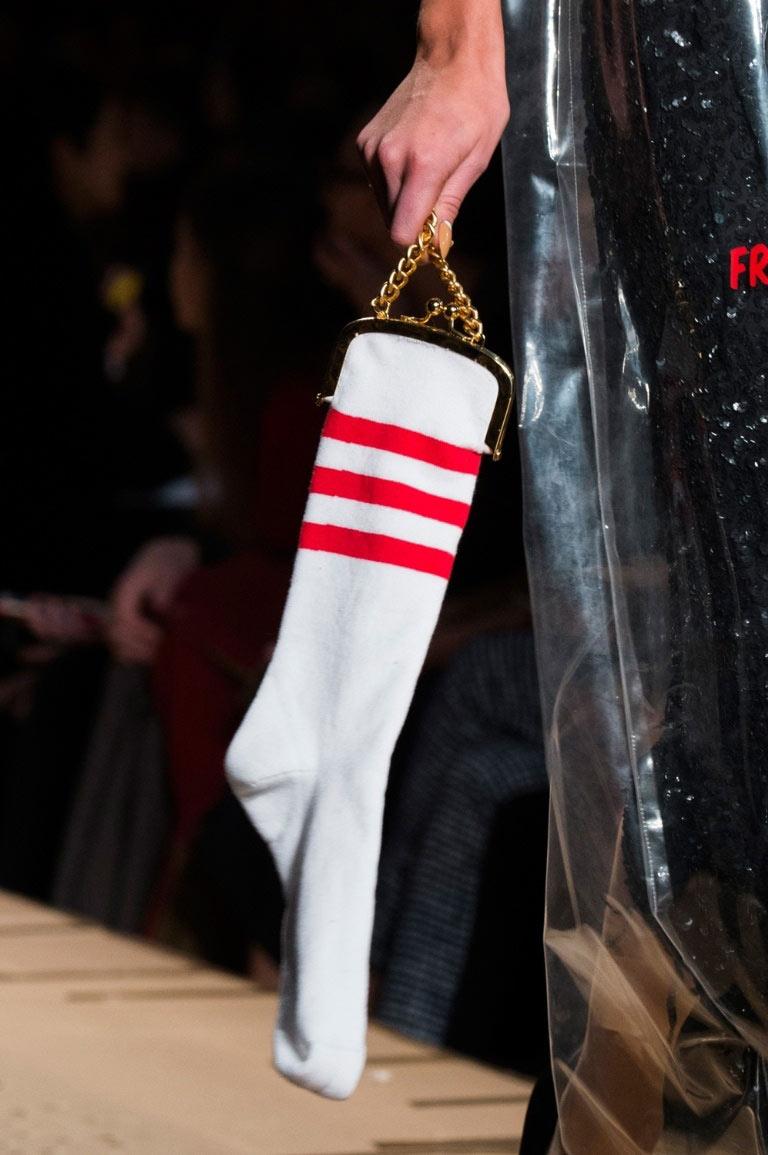 Túi xách hình cuộn giấy vệ sinh mũ như chổi lông gà chắc chỉ moschino mới nghĩ ra - 8