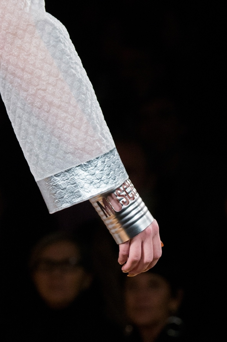 Túi xách hình cuộn giấy vệ sinh mũ như chổi lông gà chắc chỉ moschino mới nghĩ ra - 10