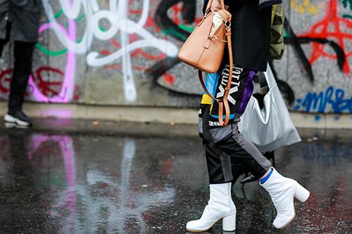 Mặc trời mưa street style ở paris fashion week vẫn đẹp rộn ràng