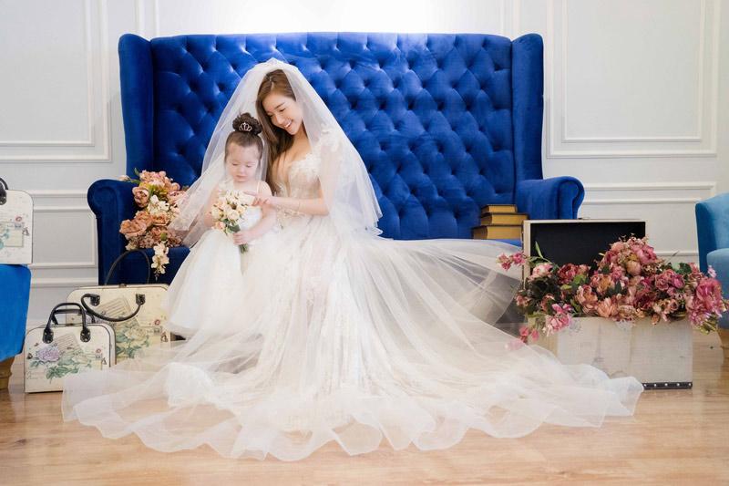 Elly trần tung ảnh mặc váy cưới lộng lẫy cùng hai con hút fan rầm rầm