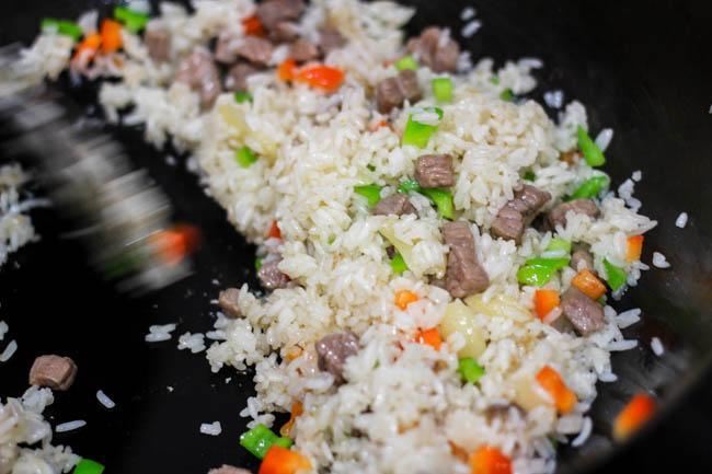 Cơm rang thịt bò đơn giản, dễ nấu mà ngon miệng cho bữa sáng - 4