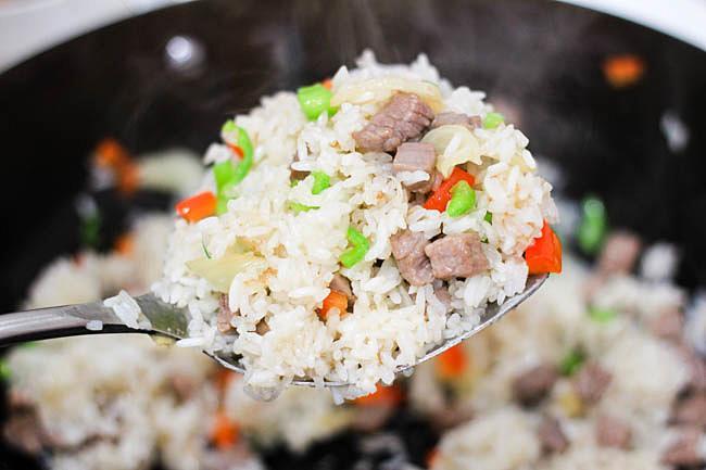 Cơm rang thịt bò đơn giản, dễ nấu mà ngon miệng cho bữa sáng - 5