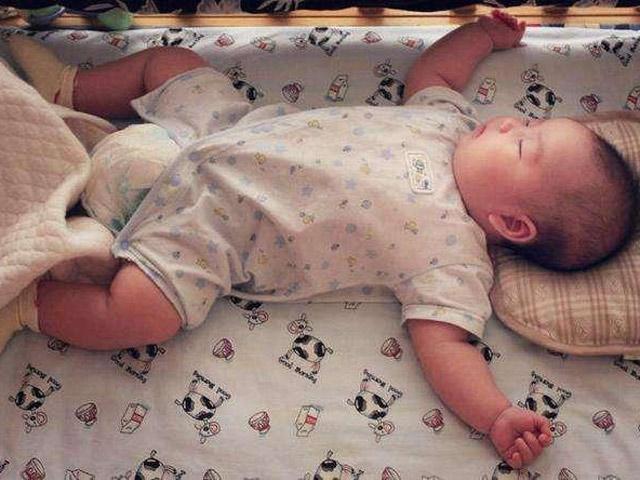 Hóa giải lý do trẻ thích ngủ với tư thế giơ hai tay đầu hàng