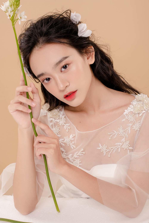 nam 2019, khang dinh trang diem trong suot luon la xu huong duoc cac co dau yeu thich - 3