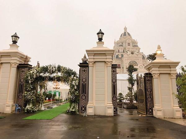Đám cưới được bố vợ tặng 200 cây vàng: Choáng ngợp cảnh tượng bên trong lâu đài nhà cô dâu - 6