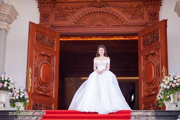 Đám cưới được bố vợ tặng 200 cây vàng: Choáng ngợp cảnh tượng bên trong lâu đài nhà cô dâu - 8