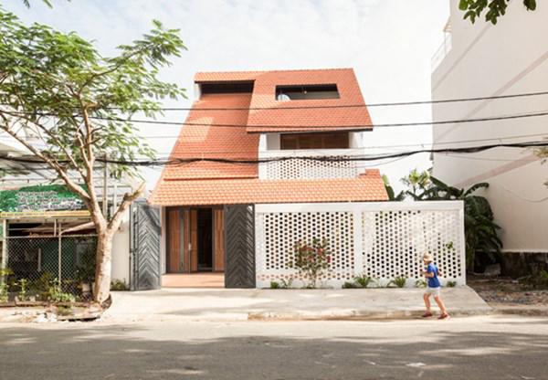 Biệt thự mái ngói ở TP.HCM gợi ý kiến trúc mới mẻ cho những căn nhà phố - 1