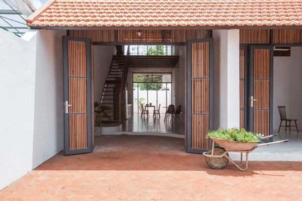 Biệt thự mái ngói ở TP.HCM gợi ý kiến trúc mới mẻ cho những căn nhà phố - 2