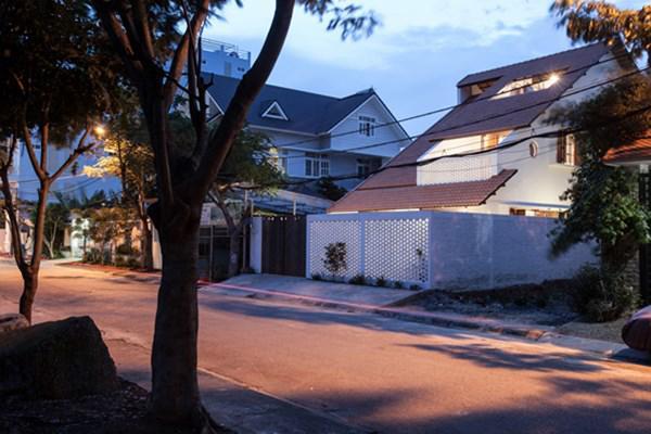 Biệt thự mái ngói ở TP.HCM gợi ý kiến trúc mới mẻ cho những căn nhà phố - 6