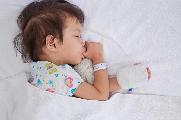 Trẻ hay bị sốt khi thời tiết nóng lạnh thất thường: Trường hợp nào cần đưa ngay đến viện - Ảnh minh hoạ 3