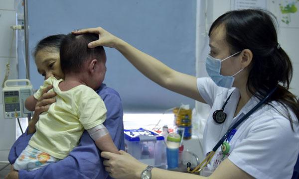 Bé trai 13 tháng tuổi mắc sởi nguy kịch vì mẹ học theo trào lưu anti vắc xin trên mạng