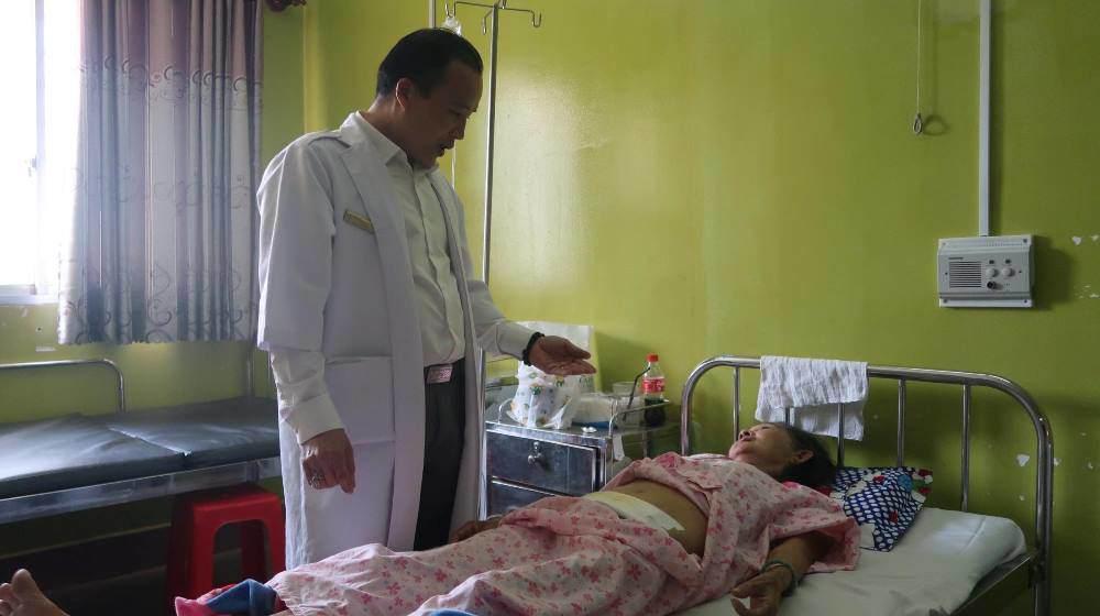 Không thể đi vệ sinh nhiều ngày, nữ bệnh nhân đi khám phát hiện vật lạ ở buồng trứng - 2