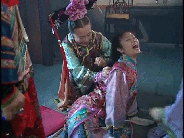 Khổ thân Dung Ma Ma: Bảo vệ Hạ Tử Vy không ai hay biết, bị kim đâm ứa máu