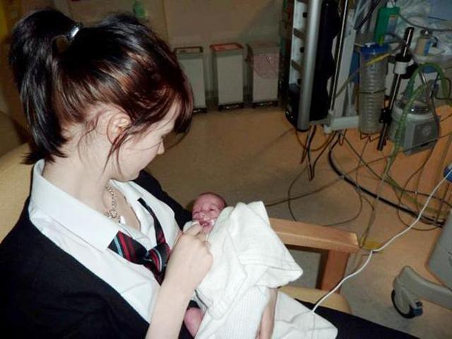 Mang thai khi mới 14 tuổi, mẹ trẻ sốc nặng vẫn quyết bế bụng bầu đi học