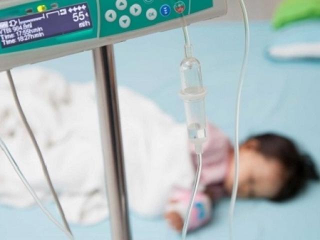 Bé trai 18 tháng mắt trợn ngược, suýt chết vì mẹ cho uống loại bù nước chữa tiêu chảy này