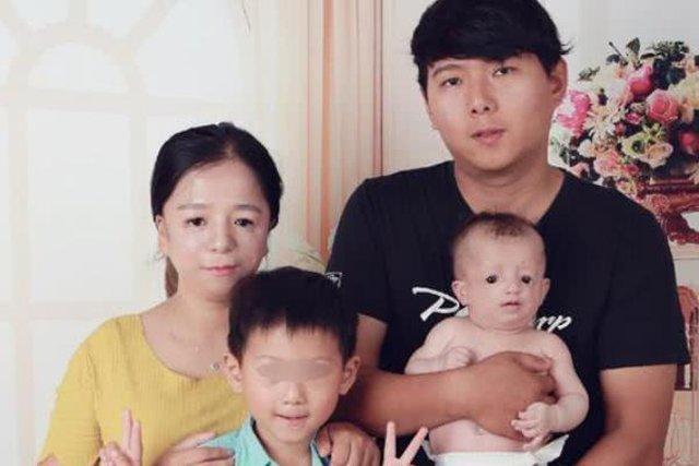 Vợ chồng côBao Ma Wang và 2 cậu con trai.