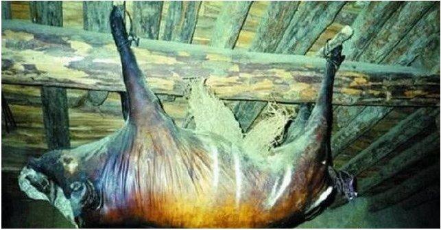 Kỳ lạ lợn treo hơn 30 năm bốc mùi thối vẫn có người trả 1,7 tỷ đồng mua về ăn