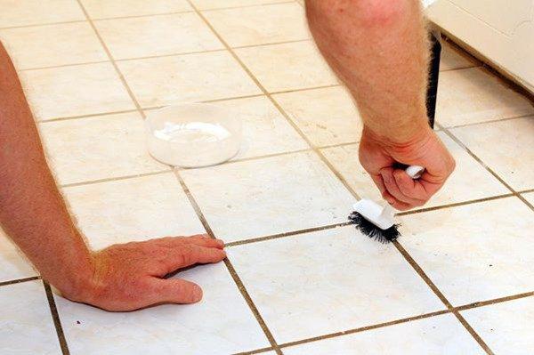Những vết bẩn trên gạch rất khó tẩy rửa? Chỉ cần xịt thứ này, sau đó lau rất dễ sạch! - 3