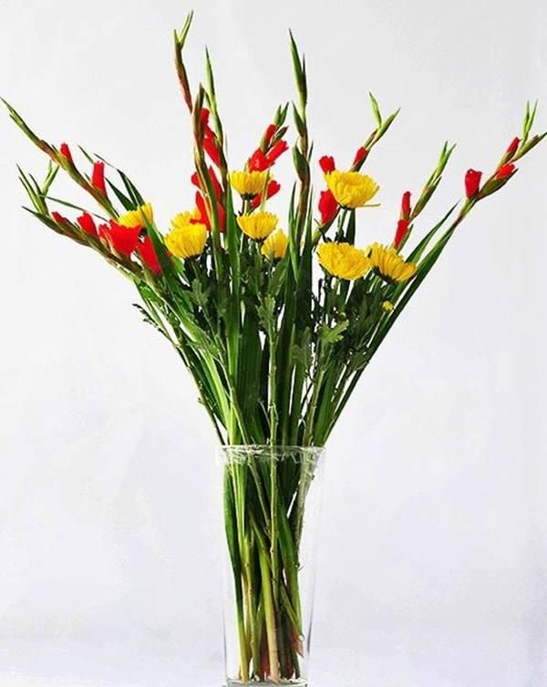 Cách cắm hoa lay ơn để bàn thờ đẹp và tươi lâu ngày Tết - 5