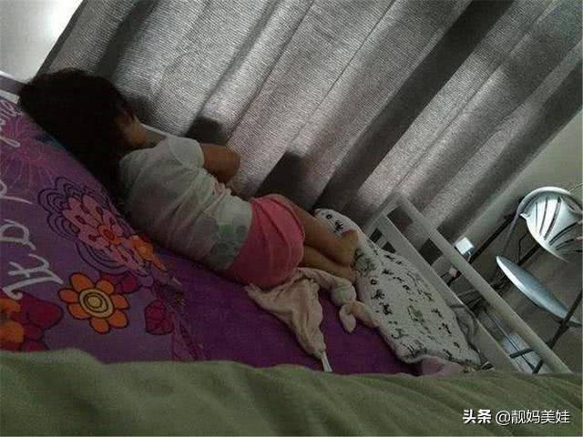 """Bé 5 tuổi ngủ một mình nhưng luôn nói """"có rất nhiều người"""", mẹ lén xem camera thì bật khóc"""