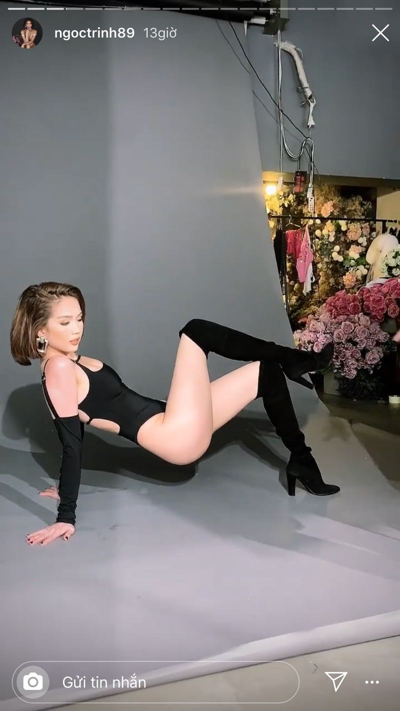 dien bikini xe qua bao, ngoc trinh phai dung tay chinh lai vi so lo hang - 5