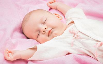 Trẻ sơ sinh nằm nghiêng:ưu, nhược điểm mẹ nên biết
