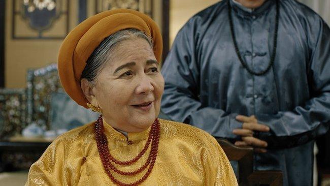 """phuong khau: hoa hau khanh van lam """"trum cuoi"""", khan gia ngo ngang vua lay tay lam vo? - 1"""