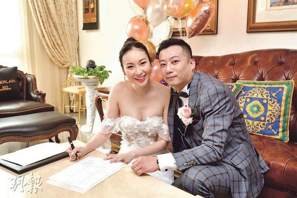 "hon le ""co 1 khong 2"": co dau chu re cuoi online, bo me xem qua man hinh may tinh - 1"
