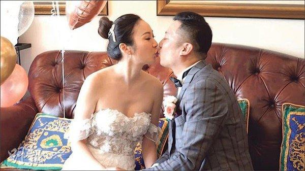 "hon le ""co 1 khong 2"": co dau chu re cuoi online, bo me xem qua man hinh may tinh - 4"