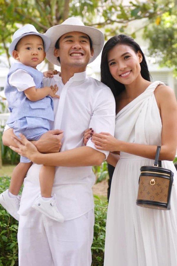 Cùng gia đình diện đồ đồng điệu, Thuý Diễm tranh thủ cho lên sóng túi hiệu đắt đỏ