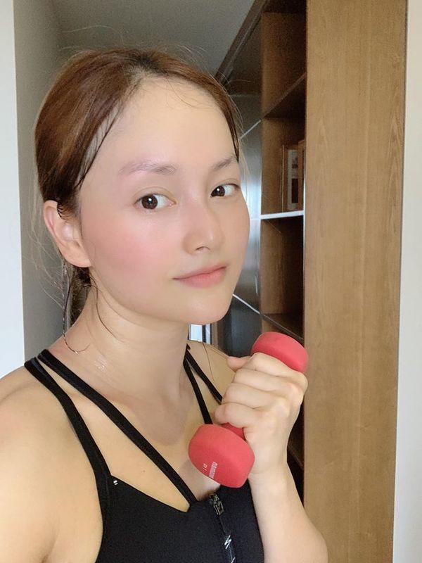 Ở nhà mùa dịch, Lan Phương vừa có thời gian tập luyện giữ dáng, vừa bảo dưỡng làn da - 1