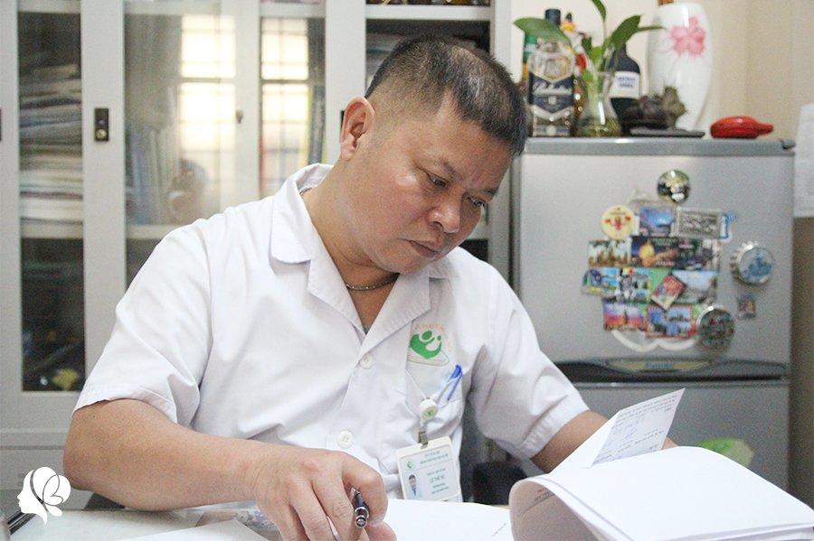 bac si mac ao mua, deo 3 lop gang tay mo don con cho nhung thai phu dac biet - 7
