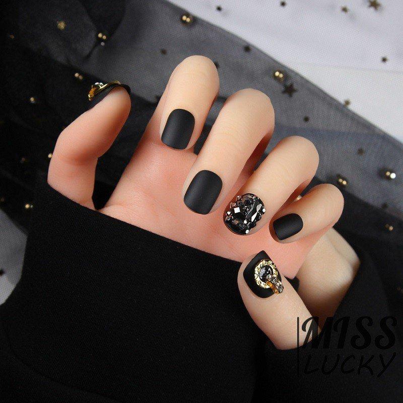 Năm 2021 đến rồi, mẫu nail màu đen ngỡ đơn giản cũng có trăm kiểu cho nàng thử quanh năm - 9