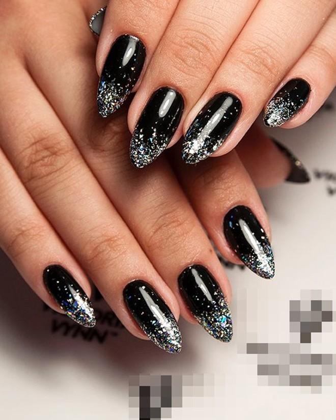 Năm 2021 đến rồi, mẫu nail màu đen ngỡ đơn giản cũng có trăm kiểu cho nàng thử quanh năm - 10