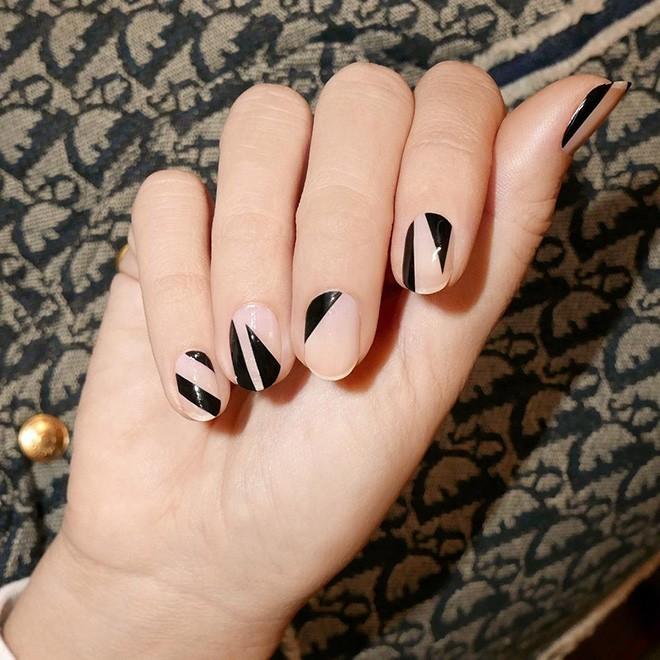 Năm 2021 đến rồi, mẫu nail màu đen ngỡ đơn giản cũng có trăm kiểu cho nàng thử quanh năm - 3